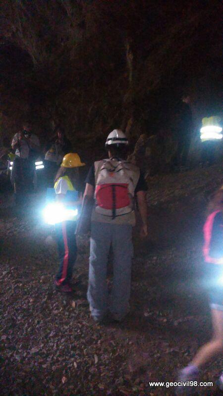 Excursionistas en la Cuevona, geología, La Escuelona, Geotecnia Civil 98