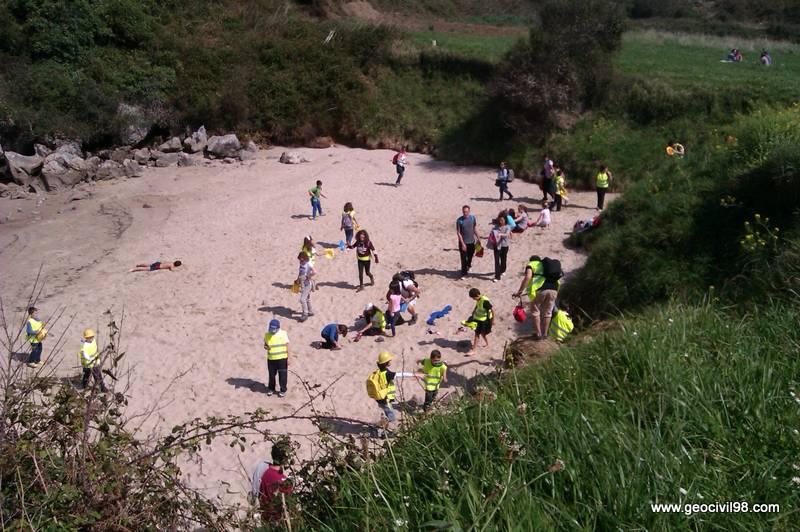 Excursionistas en la playa de Gulpiyuri, geología, La Escuelona, Geotecnia Civil 98