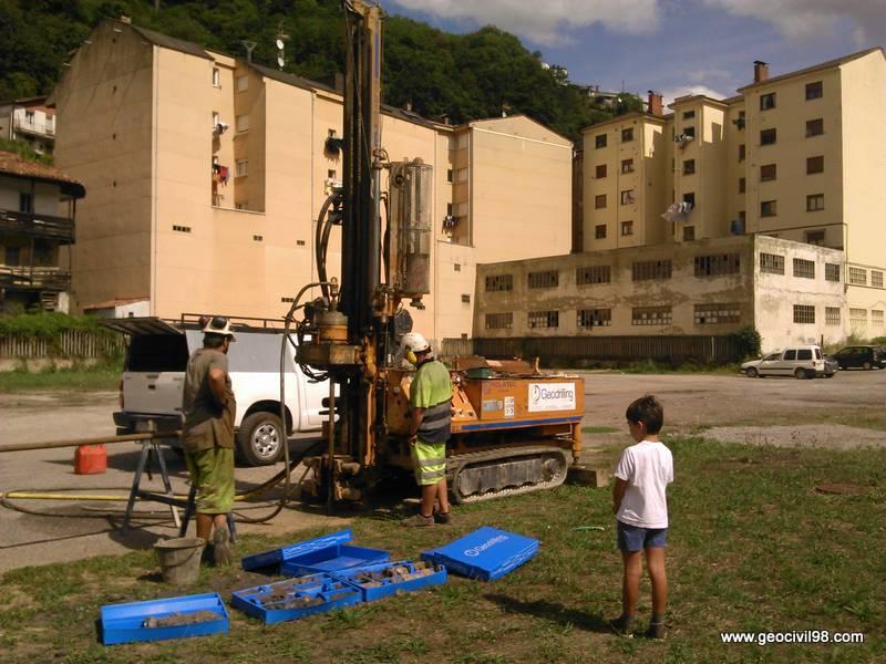 Máquina de sondeos en la parcela, estudio geotécnico en Sotiello, Consejería de Servicios y Derechos Sociales